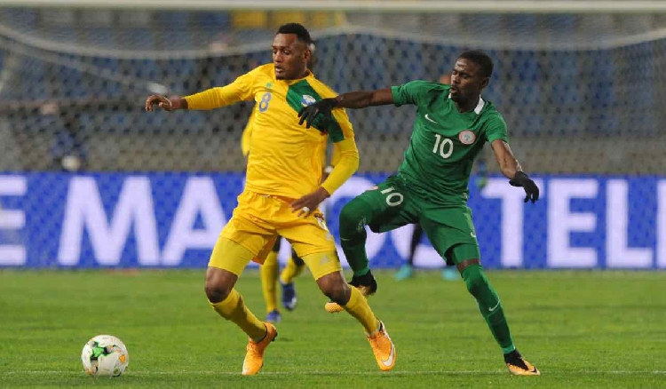 Nigeria's Rabiu Ali challenges Ally Niyonzima of Rwanda during the 2018 CHAN Group C encounter
