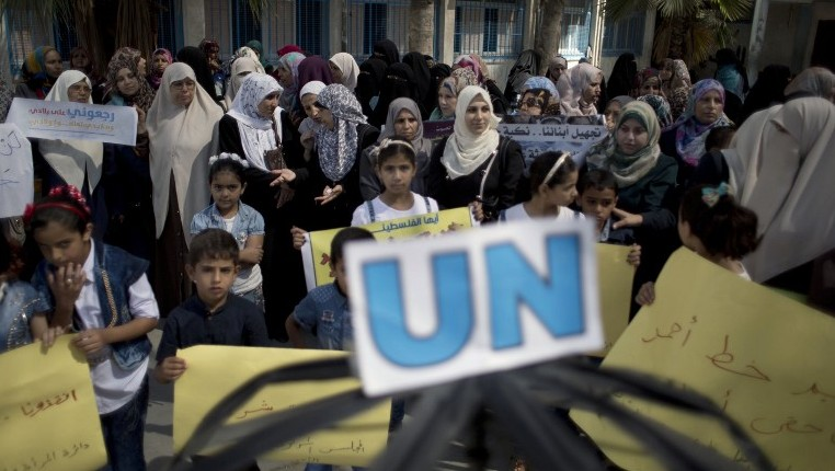 Palestinian children and teachers protesting reduction of eductaional programmes by U.S.