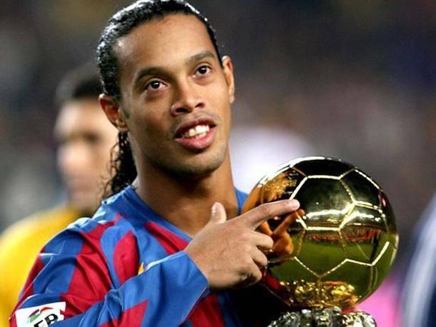 Ronaldinho, holding the ballon d'or